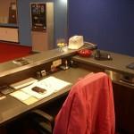 Tresen mit abgesenktem Arbeitsplatz für die diskrete Erledigung von Büroarbeiten