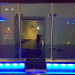 Tresen, eckig, in Stufenoptik mit Überfallschutz aus Sicherheitsglas, beleuchtet